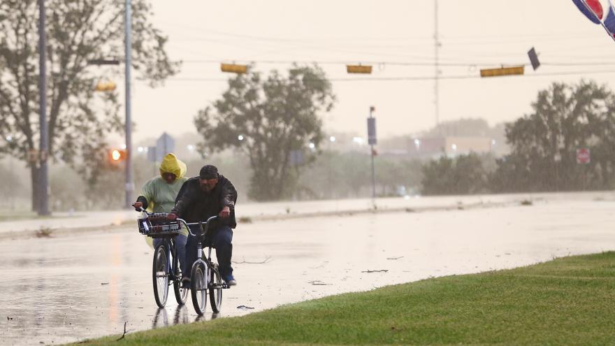 Video Hurikán Nikolas udeřil na pobřeží Mexika. Silný vítr poničil stovky domů i elektrické vedení
