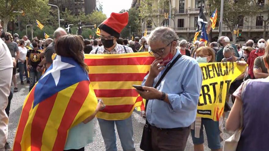 Video Stovky lidí v Barceloně protestují proti zadržení Puigdemonta