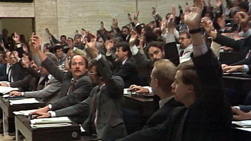 Video Federální parlament schválil takzvaný velký lustrační zákon