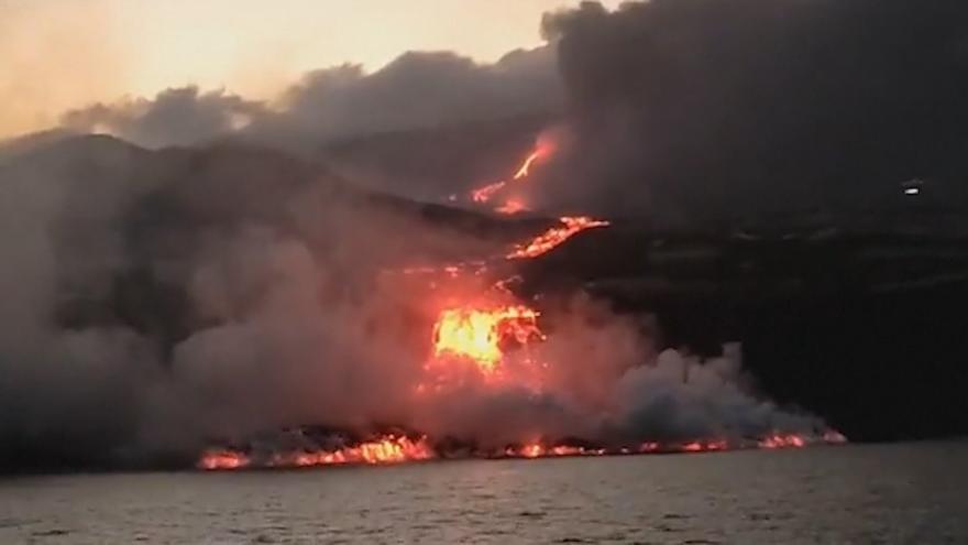 Video Láva ze sopky na Kanárských ostrovech dorazila do moře. Hrozí toxické emise