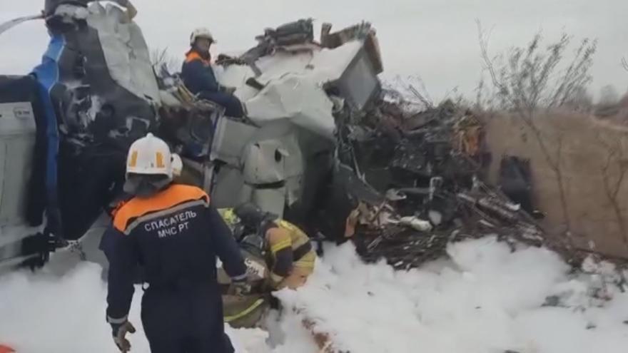 Video Trosky letadla, které se zřítilo u letiště v ruském Menzelinsku