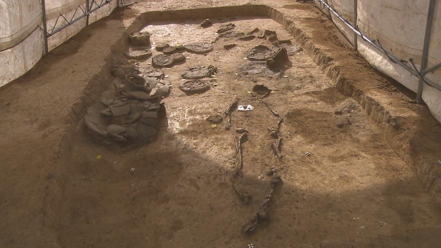 Video Archeologové odkryli hrob válečníka ze starší doby bronzové