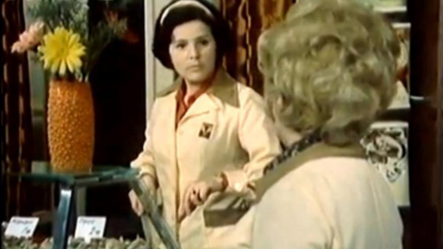 Video V televizi běžel seriál Žena za pultem - Vyprávěj