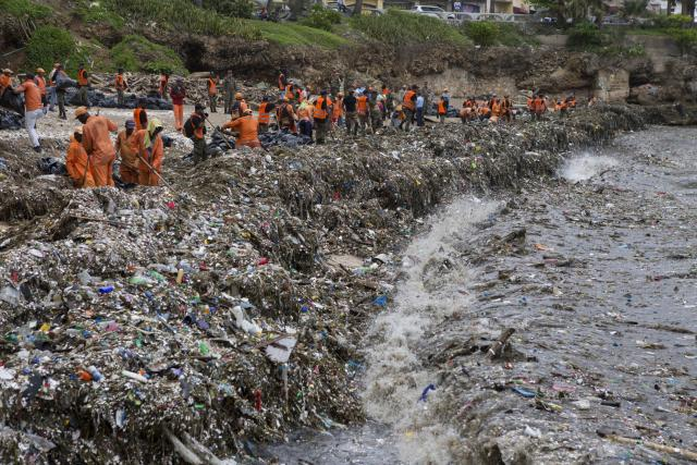 Úklid pláže v Dominikánské republice