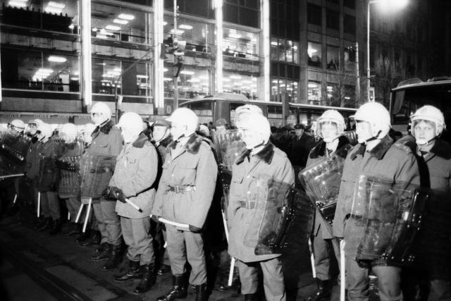 Příslušníci pořádkových sil SNB na Václavském náměstí v Praze 18. ledna 1989