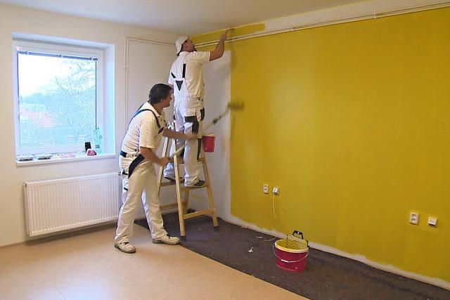 Malíři z celého Česka přijeli z dobré vůle vymalovat domov pro seniory