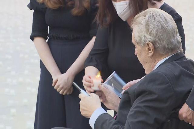 Prezident Miloš Zeman zapaluje svíčku jako pietní vzpomínku na oběti pandemie covidu-19