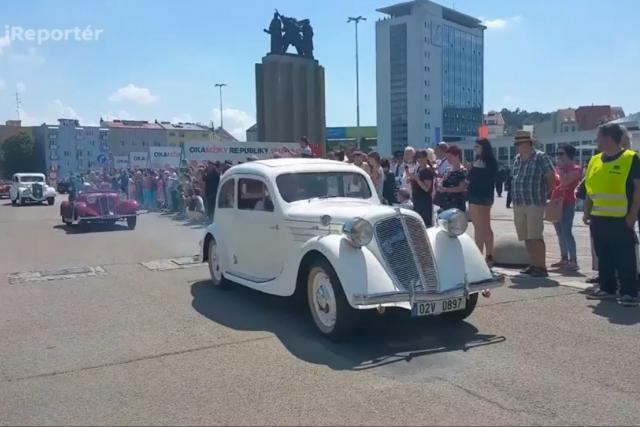 Historické automobily při zahájení festivalu Re:publika