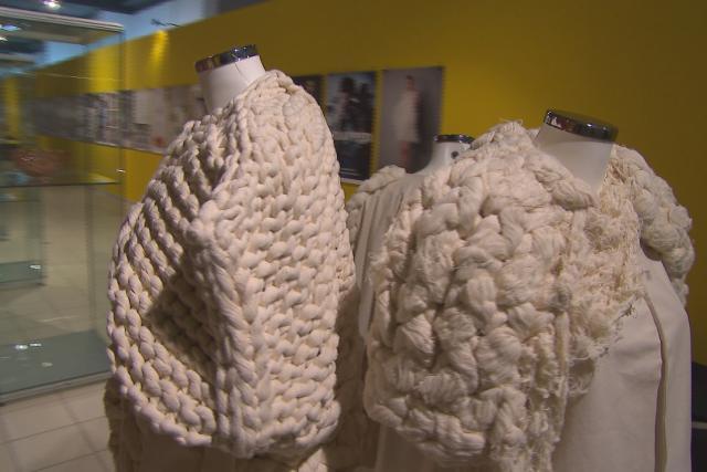 Mezi vystavenými pracemi návštěvníci najdou i oblečení