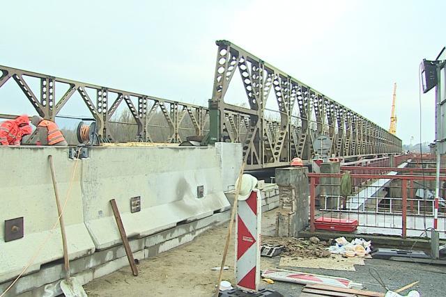 Ocelovou konstrukci stavěli silničáři pět dní