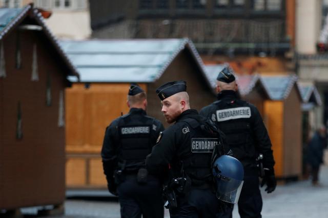 Policisté hlídkují na zavřených vánočních trzích ve Štrasburku