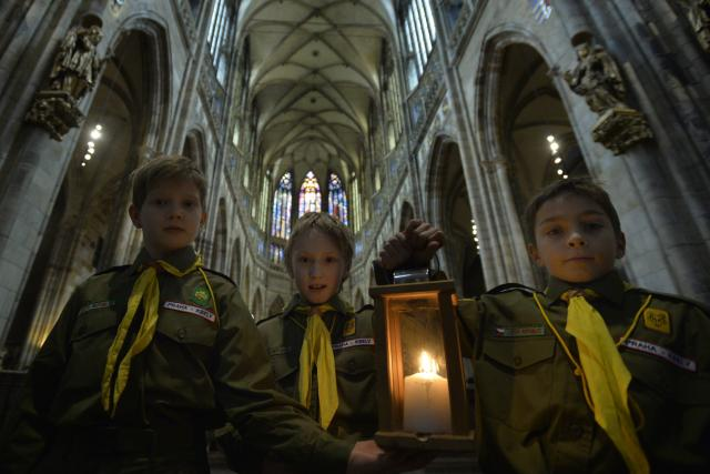 Skauti přinesli betlémské světlo do katedrály sv. Víta