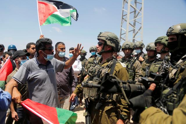 Palestinští demonstranti a izraelští vojáci
