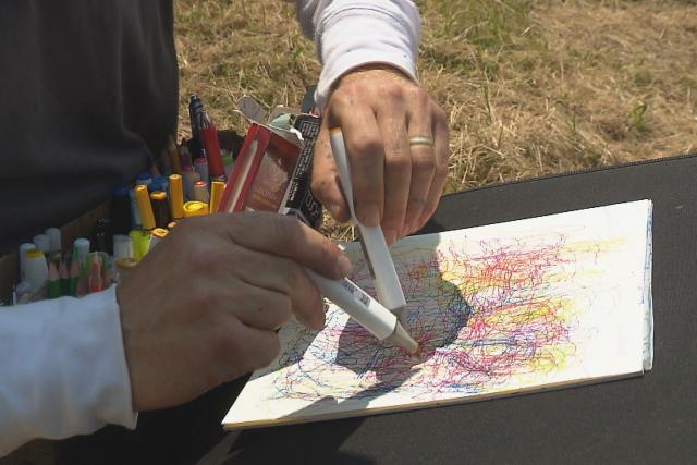 Výtvarník Josef Duchan maluje oběma rukama najednou