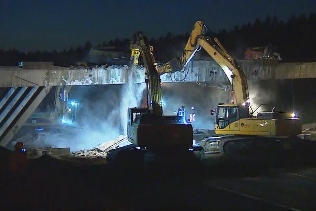 Demolice mostu přes dálnici D1