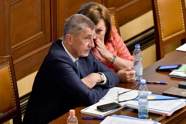 Premiér Babiš a ministryně Schillerová na jednání před hlasováním o nedůvěře vládě