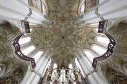 Jan Blažej Santini-Aichel / kladrubský klášterní kostel Nanebevzetí Panny Marie, sv. Wolfganga a sv. Benedikta – závěr s pohledem do vzorce klenby, po 1710