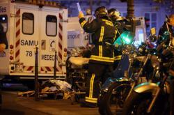 Záchranka a policie poblíž hudebního klubu Bataclan