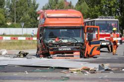 Zbytky kamionu po srážce s vlakem