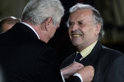 Prezident Miloš Zeman vyznamenal Karla Srpa medailí Za zásluhy (28. října 2013)