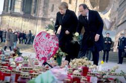 Hollande a Merkelová položili květiny u pietního místa v Berlíně