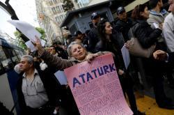 Někteří Turci žádají anulaci referenda