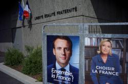 Kandidáti Emmanuel Macron a Marine Le Penová