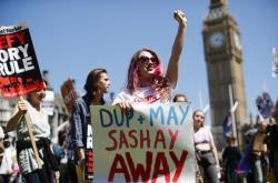Protest proti vládě Mayové s podporou severoirských unionistů