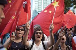 Stoupenci Pekingu v ulicích města