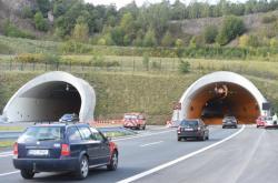 Dálnice D8 - estakáda přivádí auta k Prackovickému tunelu