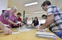 Členové volební komise v Jihlavě sčítají hlasy