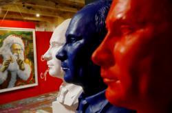 Putinovy sochy v barvách ruské vlajky