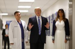 Trump a jeho žena Melania přijeli navštívit zraněné