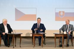 Bývalí premiéři Česka a Slovenska Petr Pithart (vlevo) a Ján Čarnogurský (vpravo)