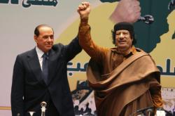 Berlusconi s Kaddáfím v libyjské Syrtě v roce 2009