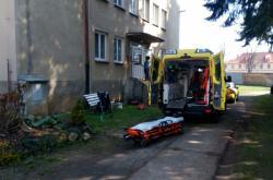 Záchranáři před azylovým domem v Domažlicích
