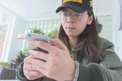 Student Cchuej Ang si funkci sociálního statusu pochvaluje