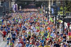 Účastníci Pražského maratonu běží přes Čechův most
