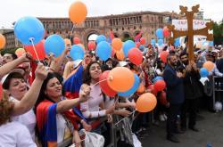 Příznivci opozice před arménským parlamentem