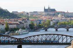 Železniční most, v pozadí Pražský hrad