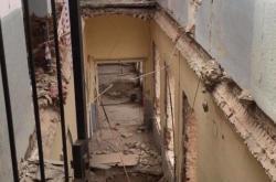 Zřícená část budovy v Mikulandské ulici