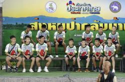 Členové zachráněného fotbalového týmu a jejich trenér