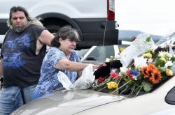Příbuzní obětí pokládají květiny u přístavu v Missouri