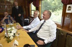 Prezidenti Zeman a Kiska na cestě historickým vlakem
