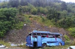 Autobus po pádu ze silnice