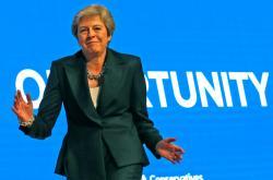 Theresa Mayová tančí před sjezdem konzervativců