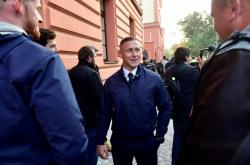 Policista Šimon Vaic (uprostřed) před budovou soudu