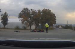 Motorkář srazil policistku