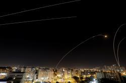 Protirakety vypálené Izraelem nad městem Aškelon