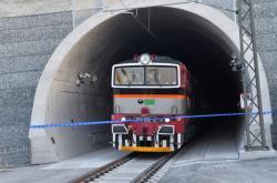 První vlak s lidmi v novém tunelu u Plzně